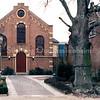 F0202a <br /> Voorzijde van de voormalige gereformeerde kerk uit 1876, gelegen aan de Hoofdstraat 137A. Links de voormalige pastorie (bouwjaar 1869) en rechts het voormalige kostershuis met kerkje, bouwjaar ca. 1820. Later was hier vele jaren de kruidenierswinkel van de dames Rooza (later ook Roosa). Voor een uitvoerige beschrijving zie het boekje van ds. R.J. Bakker Kistenmakerij in de kerk, uitgegeven door Kistenfabriek M. Bakker en Zn. in 1986. Foto: 1986.