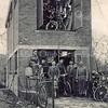 F3797<br /> De werkplaats van Lascaris lag achter de winkel, toen nog Hoofdstraat 234, naast beddenmaker Hendriks. Vlnr: Jo van den Bogaard (militair die tijdens de mobilisatie ingekwartierd was); Gerrit Lascaris met dochter Tiny; een onbekende (klant ?); Gerard Hoogervorst van de Lindenlaan. De laatste werkte bij Lascaris maar is in 1944 overleden; onbekende; onbekende. Foto: 1939