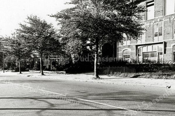 F1295b <br /> Hoofdstraat 147. Voorheen de schuur en het kantoor van Scheffers & Kroes. Op deze plek bevindt zich nu de inrit van De Oude Tol.