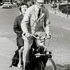 F2720<br /> Postbode Reijnhout met echtgenote samen op de solex op de Parklaan. Foto:1962.