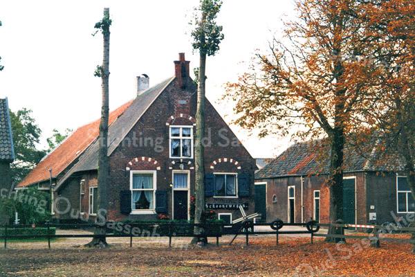 F0198 <br /> De boerderij Schoonewegen, Rijksstraatweg 71. Eind februari 1998 is eigenaar Hein Ruijgrok overleden. Op de rouwkaart stond een tekst vermeld die ook op de muur van de boerderij staat of heeft gestaan:  <br /> <br /> 'Wat ons treffe voor en tegen <br /> volgen wij het pad der deugd!<br /> zoo gaan zij langs Schoonewegen <br /> naar het oord der Eeuwige vreugd.' <br /> <br /> Foto: 1996. Zie ook F0163.