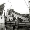 F1061 <br /> De brug in Rijksweg 4 (later A44) over de Ringvaart bij Kaag. Het is enige dagen voor de opening  van de rijksweg. Let op de baggermolen. Foto: 1938.