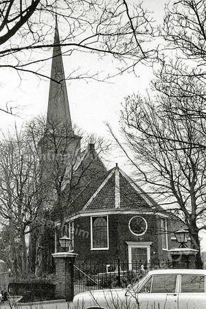 F0089 <br /> Een foto van de  Ned.-herv. Kerk of Dorpskerk, genomen na de restauratie van de toren in 1957/58. Dit is te zien aan de verhoogde stand van de klokken en de toren is niet begroeid met klimop. De foto is echter vóór de restauratie van 1971 genomen, wat te zien is aan het ronde raam boven de deur, de aanwezigheid van de deur zelf en de oude consistorie. <br /> Voor meer informatie: informatiegids Ned.-herv. kerk 1996. Foto: ca. 1965.