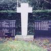 F0046 <br /> Gedenkteken in Sassenheim op de hoek Hoofdstraat/Wilhelminalaan. In de jaren vijftig is het witte kruis geplaatst met het opschrift 1940-1945 en 1945-1951. In de jaren negentig is op initiatief van oud-strijders de linkerplaat met de namen van gesneuvelden uit 1940-1945 en de rechterplaat met de namen van slachtoffers in Ned.-Indië geplaatst. Daarna is op de lege plek van de rechterplaat een woord van herdenking voor de overige slachtoffers van het oorlogsgeweld geplaatst. Foto: 1993.