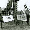 F2467<br /> De eerste paal wordt geslagen voor de bouw van een nieuwe p.-c. basisschool De Rank aan de St. Antoniuslaan te Sassenheim. In mei 2002 werd de school geopend. Van 1954 tot 1999 stond op deze locatie de mavoschool Don Bosco. Foto: 2001.