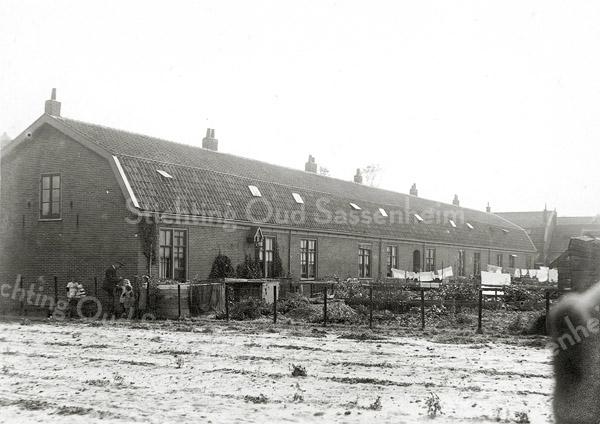 F0831 <br /> Collectie Oudshoorn 023: 12 arbeiderswoningen; de Graaff en Papendrecht 1901, gelegen aan de Oude Poststraat. <br /> Foto: vóór 1921.