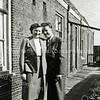 F0577 <br /> Op de voorgrond zien we Annie Franken met haar vriend. Achter hen de achterzijde van de huizen aan de Hoekstraat, gezien in oostelijke richting. Op de achtergrond (achter het hekje) het woonhuis van de fam. Eikelenboom.