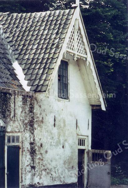 F0621a <br /> De voormalige schuur en koetshuis op het landgoed Ter Leede. Het rechter gedeelte met de bewerkte gevel hoorde vermoedelijk bij het woonhuis van de koetsier en tuinman. Het pand is thans geheel verbouwd en ingericht als woonhuis. Het behoorde, samen met de boerderij bij het Huis ter Leede, toentertijd bewoond door baron van Heemstra. Foto: jaren '90.