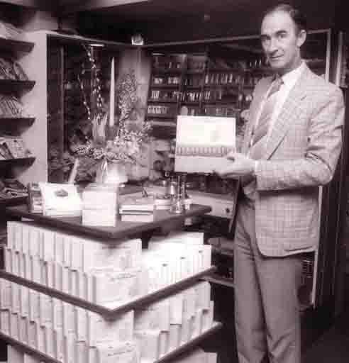 Fcs0296<br /> De heer Vink in zijn sigarenzaak aan de Hoofdstraat 208. Voorheen was dit de winkel van G.J.  de Nobel, mevr. Roosa. Thans Primera v.d. Lans.