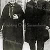 F2659<br /> Dhr. en mevr. Keijzer, de ouders van mevr. A. Heijns-Keijzer in de Zuiderstraat. Zie ook foto F2658.