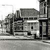 F1330 <br /> De Hoofdstraat bij de Oude Postbrug. Bij de meest rechtse lantaarnpaal is de ingang van de Zuiderstraat. Het hoekhuis is Hoofdstraat 90 en was een dubbel woonhuis; daar woonden makelaar H.L. v.d. Horst en W.T. Papendrecht. Op Hoofstraat 94 was het kantoor van B&K gevestigd. Op Hoofdstraat 98 woonde de fam. Oudshoorn. Tussen nr. 94 en nr. 90 stond het kantoor van de Gebr. Van Zonneveld & Philippo (Z&P).