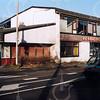 F4233<br /> <br /> De Oude Post. Het pand staat al leeg om afgebroken te worden. Er zal een nieuw gebouw verschijnen (gezinsvervangend tehuis). In vroeger jaren was het café en slijterij van Adriaan Schrama en daarna van de fam. Postma. Foto: 6-1-2005.