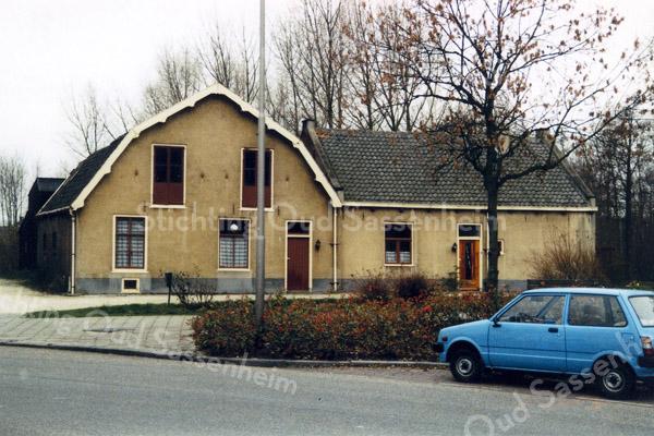 F0269 <br /> De vroegere boerderij van Kees Breedijk aan de Menneweg. Het rechterdeel was vroeger de stal, maar is hier veranderd in een soort schuur. Het linkerdeel was het woonhuis. Het hele complex is gesloopt in 1987 om plaats te maken voor twee moderne woonhuizen.  Foto: 1986.