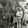 F2247<br /> Gerrit Molenaar met kinderen bij de boerderij aan de Boschlaan. De foto is gemaakt in 1960 v.l.n.r. Gerrit Molenaar, op het paard dochter Petra, naast haar zus Lida en de lachende jongen is Gerrit jr.