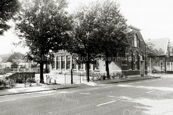 F1307b <br /> Het verenigingsgebouw Concordia op de hoek van de Hoofdstraat/Concordiastraat. Nu is daar een moskee gevestigd. Zie boekje Sassenheim in Grootmoeders tijd pag. 71.