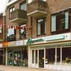 F1841 <br /> Enkele winkelpanden langs de Hoofdstraat in het centrum van Sassenheim. V.l.n.r.: de delicatessenwinkel van Langeveld, nu wijnhandel; Decorette verf en behang, nu Bonita-mode; Groeneveld opticien/audicien (daarvoor was hier juwelier Trossèl gevestigd – nu in 2016 Eye Wish opticiens). Foto: 2000