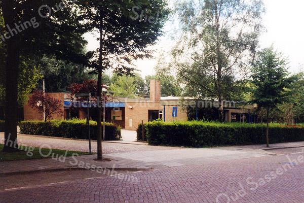 F0667b <br /> Schoolgebouw (noordoostzijde) aan Kagerdreef 90. In 1973 in gebruik genomen als tweede openbare lagere school in Sassenheim, onder de naam O Dreef. In de jaren '80 gingen de openbare basisscholen over naar Het Bolwerk aan de Parklaan (voormalige Parkschool, thans S.C.C. 't Onderdak). De chr. basisschool Het Anker kwam toen in het gebouw aan Kagerdreef 90. Deze school verhuisde later samen met de chr. basisschool aan de Jacoba van Beierenlaan naar de nieuwgebouwde chr. basisschool De Rank aan de St. Antoniuslaan. In het schoolgebouw aan Kagerdreef 90 is, na een grondige verbouwing, sinds 2002 kringloopwinkel Op Dreef gevestigd. Foto: 1999.