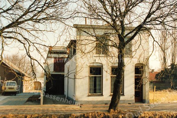 F2888<br /> Kastanjelaan. Het huis van de familie Bisschops. <br /> Foto: 1992