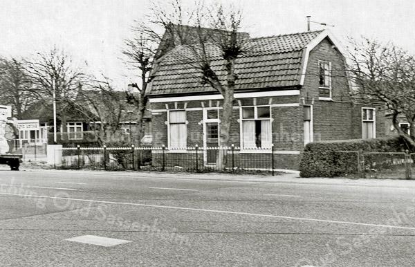 F1355 <br /> Hoofdstraat 1, laatstelijk bewoond door Jac. de Mooy. Daarvóór heeft Simon Verdegaal van villa Bakara er gewoond. Links het Paviljoen Bloemhof van Juffermans en achter het paviljoen boerderij Schoonewegen van Ruijgrok. Het puntdak is van het woonhuis van voorheen de fam. Verkleij. Nu zijn hier verkeerslichten. Het pand op Hoofdstraat 1 is in december 2005 gesloopt.