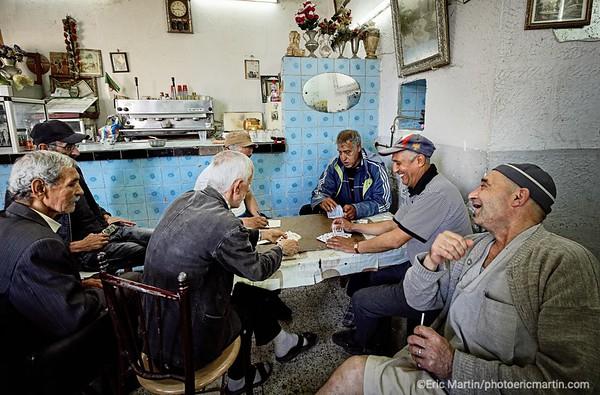 ALGERIE. ALGER. JOUEURS DE RAMI DANS UN CAFE DU QUARTIER DE LA CASBAH.