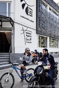 """ALGERIE. ALGER. L'arbre à dires . Un nouveau concept à Alger combinant le restaurant """"Le Perchoir"""", la librairie """"L' Arbre à dires"""" et la salle de conférence """"Espace Agora"""".  Sur les scooters, le photographe Tahar Chakibo et Hadjadj Moumene, l'un des propriétaires de la librairie"""