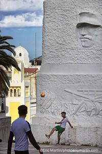 ALGERIE. ALGER. Les Jardins du Boulevard Khemisti (ex Laferrière), le monument aux morts dit Le Pavois, et l édifice néo mauresques de la Dépêche algérienne.