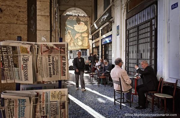 ALGERIE. ALGER. TERRASSE DE CAFE SOUS LES ARCADES DE LA PLACE PORT SAID