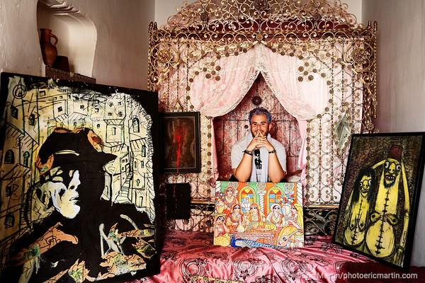 ALGERIE. ALGER. QUARTIER DE LA CASBAH. La maison de Arslan Naili, jeune artiste désigner qui guide les voyageurs dans la casbah. Il a eu l'idée de faire de sa maison familiale un écrin voué à l art contemporain. Portrait d Arsan Naili créateur de l'Atelier N.A.S, un espace de promotion artistique et culturelle dans la Casbah.