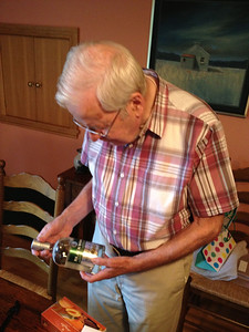 Derek opens pressies on his 80th birthday.