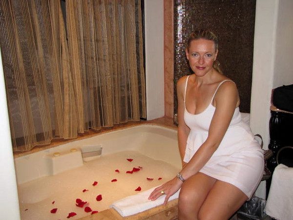 There's nothing better then getting back to your suite after a night out and seeing your room steward has drawn a bath for you complete with Rose Petals... nice! :-)