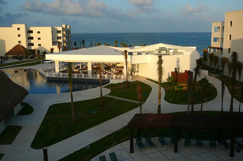 There's a look at the main pool & outdoor bar/restaurant area... the Ocean sits right at the front of the Resort... nice! :-)