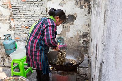 Making Sesame Candy. Ping Jiang Road (平江路) - Suzhou, Jiangsu, China (苏州,江苏,中国)