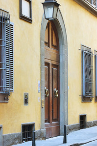 The main door to the building off the Via dei Serragli street