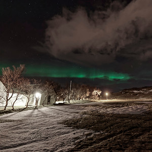 Aurore boreale dans le petit village de Mosfelbaer