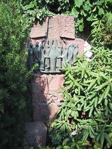 Kreuz aus Sandstein mit Bronzeelement
