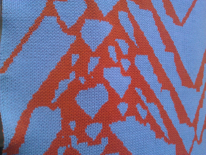 very close up of cymbiola vespertilio 00 showing cross hatching with every other stitch double bed jacquard.