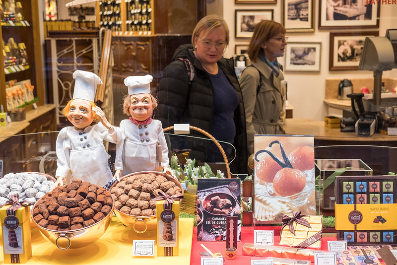 17 April 2018: chocolate shoppers, just off Grand' Place.