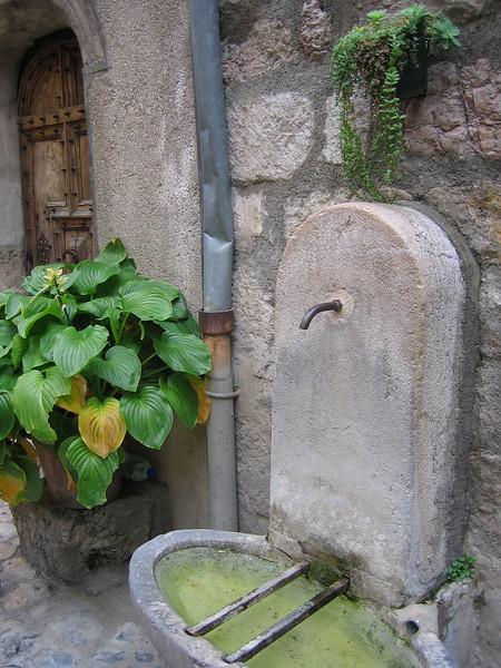 door and fountain in moustiers