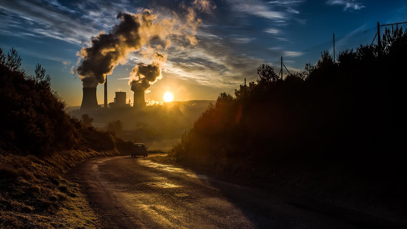 Nature vs thermal power plant (Dimensions 16:9 Disponible 29/30)
