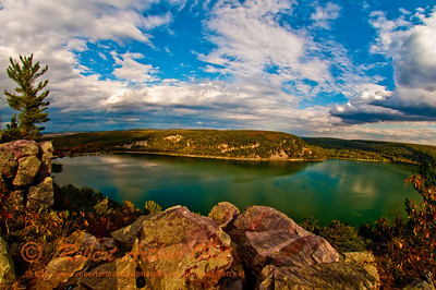 """West Bluff Trail open """"Wow"""" view of quartzite cliffs encircling Devils Lake within Devils Lake State Park (USA WI Baraboo)"""