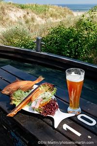 LES ILES DE RUGEN & USEDOM EN ALLEMAGNE. L'île d'Usedom. Ahlbeck, une station balnéaire de la mer Baltique. Ici le restaurant Alte Fischalle tenu par Uwes Krüger, 6ème génération de pêcheurs. Dans son cabanon, on peut grignoter à toute heure un Brötchen au hareng frais ou fumé accompagné d'une bière.