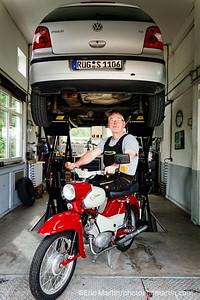 LES ILES DE RUGEN & USEDOM EN ALLEMAGNE. Ile de Rugen. Thorsten Möller, un garagiste collectionneur des motos de l'ex-RDA.