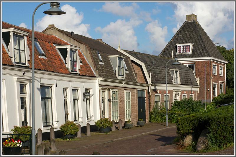 These old houses are higgledy-piggledy. Deze huisjes zijn zo schots en scheef als ze op de foto staan.