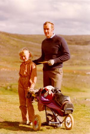 Haukur Vopnfjörð Guðmundsson með dóttur sína sem kylfubera.