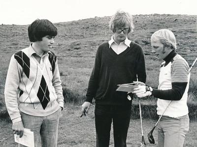 John Nolan, Björgvin Þorsteinsson og Sigurður Hafsteinsson skiptast á kortum á 1. teig.