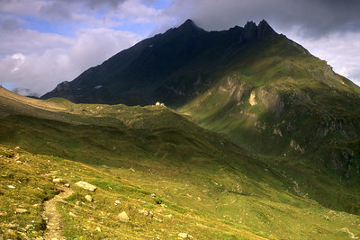 Capanna Corno Gries (CAS), 2338m, below the Nufenenstock.  9am, 25/08/02