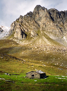 Alpe Vouasse, 2393m.  A derelict mountain hut below the Clocher de Vouasse in the Combe de l'A, off the Val d'Entremont.   I believe a degree of restoration was carried out in 2004, to bothy standard rather than hut.  11am, 17/09/98