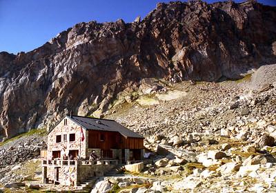 Almagellerhütte (SAC), 2894m,  and some of the Dri Horlini.  5pm, 13/09/99