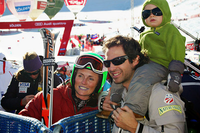 Sarah Schleper in the finish line in Soelden with her husband and son.