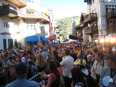 Hundreds fill the Arrabelle Square in Vail for the Lindsey Vonn pep rally (Doug Haney/U.S. Ski Team)